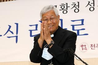 """유흥식 대주교 """"교황 장관직 제안에 망치로 머리 맞은 듯 멍해"""""""
