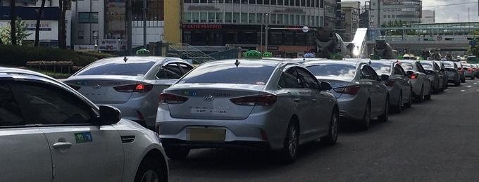 3일 수원역 앞 택시 승강장의 모습. (사진=김민기 기자)